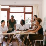 Επικοινωνώντας και κάνοντας δουλειές με ανθρώπους άλλων χωρών